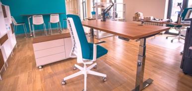 Labam darba galdam birojā pirmkārt ir jābūt stabilam, neatkarīgi no tā, vai tas ir stacionārs vai augstumā regulējams.